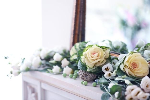 Lindas flores frescas perto do espelho, close-up