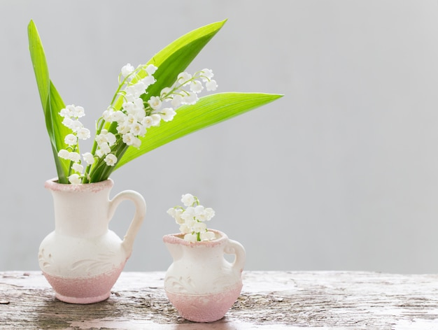 Lindas flores na mesa de madeira velha
