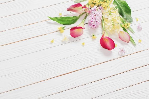 Lindas flores na superfície de madeira branca