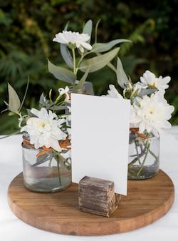 Lindas flores na tábua de madeira