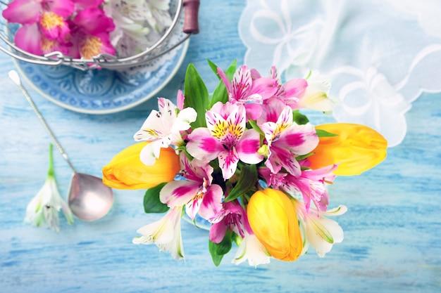 Lindas flores na taça, na cor de madeira