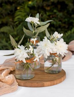 Lindas flores num arranjo de tábua de madeira