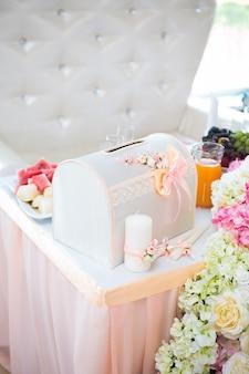 Lindas flores rosa e brancas na mesa no dia do casamento