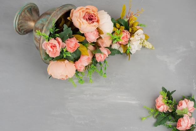 Lindas flores rosa e brancas no vaso