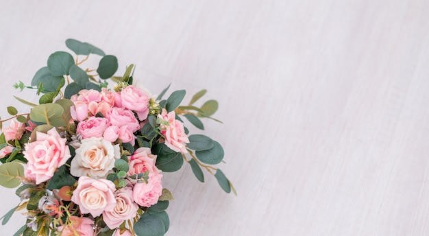 Lindas flores rosas em fundo claro