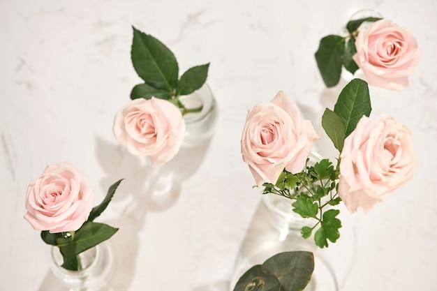 Lindas flores rosas em um vaso