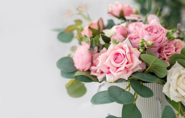 Lindas flores rosas na luz