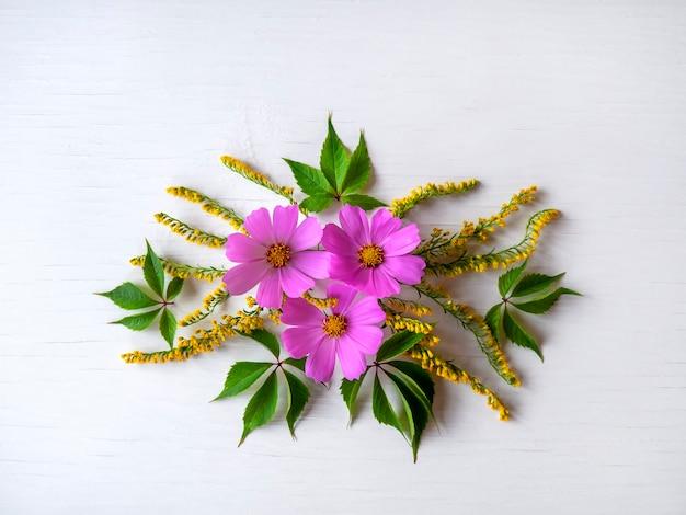 Lindas flores silvestres simples. composição de primavera