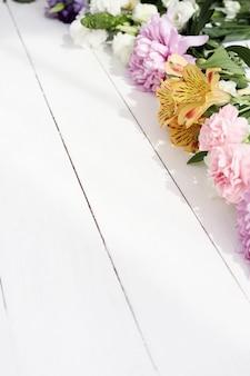Lindas flores sobre fundo de madeira