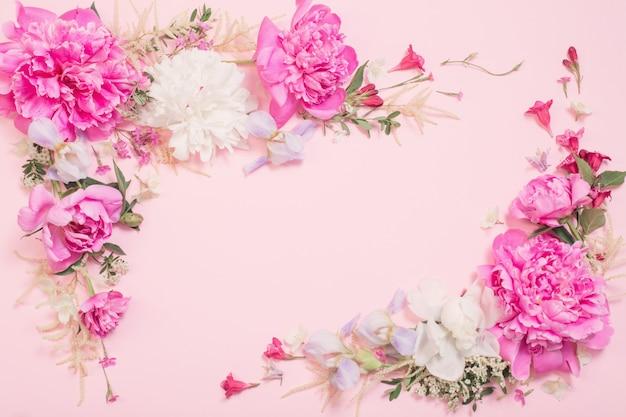 Lindas flores sobre fundo de papel rosa