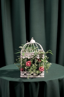 Lindas flores trancadas em gaiola branca