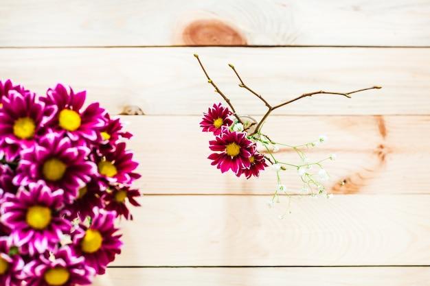Lindas flores vermelhas em um vaso, sobre um fundo de madeira, decoração de interiores, plano de fundo, isolar, inspiração, primavera e presente