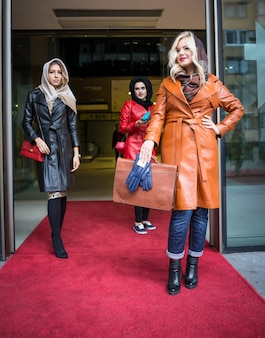Lindas garotas atraentes com roupas de couro em moda