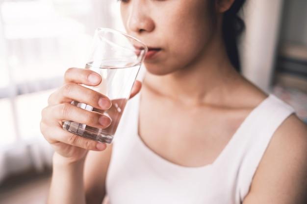 Lindas garotas bebem água para uma boa saúde, como para ajudar a digerir os alimentos