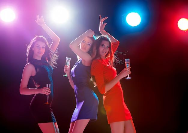 Lindas garotas dançando na festa