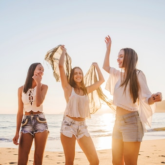 Lindas garotas dançando na praia