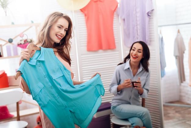 Lindas garotas em compras. meninas escolhem roupas.