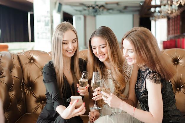 Lindas garotas gostosas se divertindo com uma festa, bebendo champanhe.