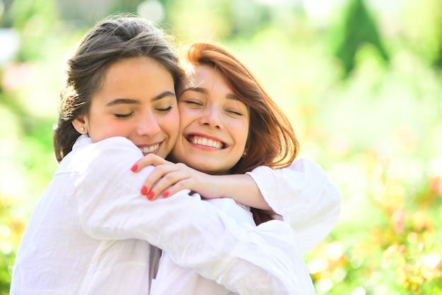 Lindas garotas no parque duas linda ruiva alegre irmã amiga abraço conceito