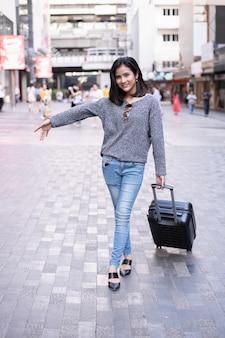 Lindas garotas tiram férias para viajar.