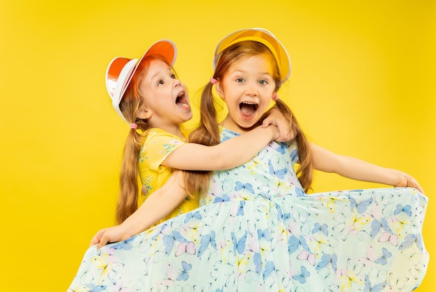 Lindas garotinhas emocionais em amarelo