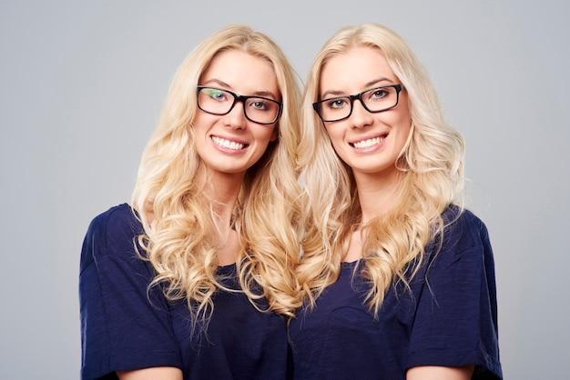 Lindas gêmeas usando óculos da moda