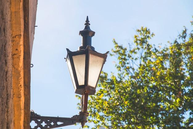Lindas luzes de rua vintage na parede de fundo de madeira