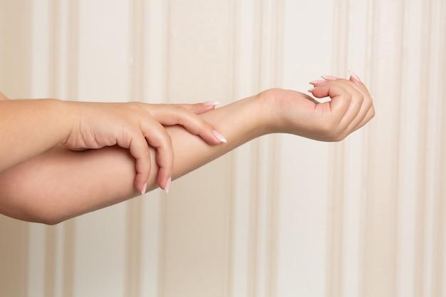 Lindas mãos femininas bem cuidadas após procedimentos de salão de beleza. espaço para texto