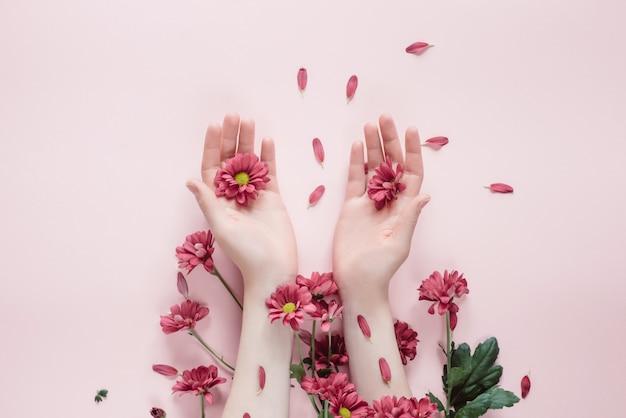 Lindas mãos femininas com flores púrpura