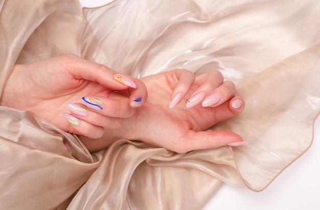 Lindas mãos femininas com manicure de verão