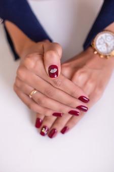 Lindas mãos femininas com unhas de manicure luxuosas