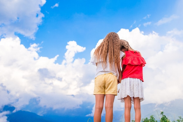 Lindas meninas felizes nas montanhas