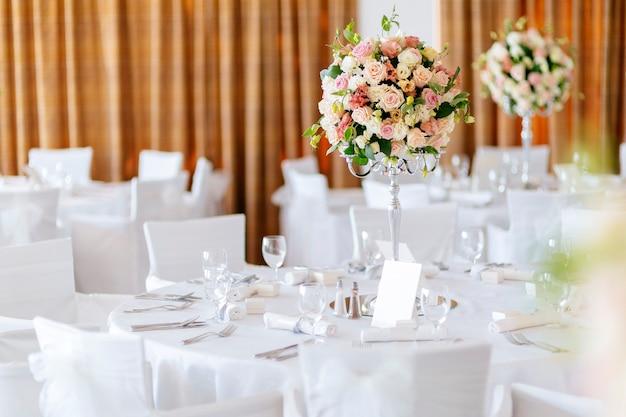 Lindas mesas de casamento e rosas em buquê