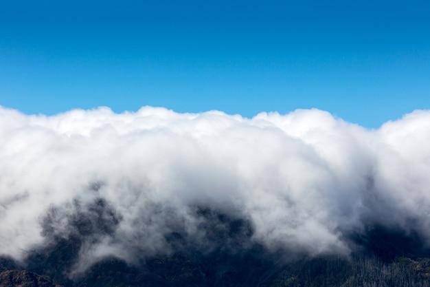 Lindas montanhas nas nuvens