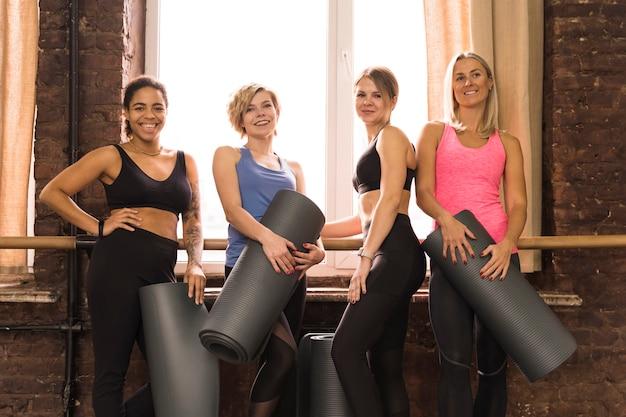 Lindas mulheres adultas posando na academia