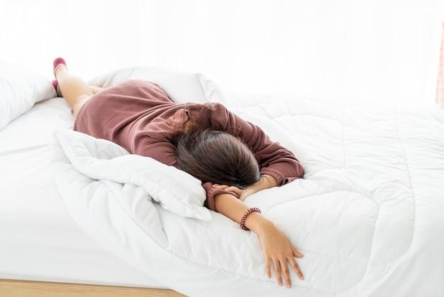Lindas mulheres asiáticas dormindo na cama pela manhã