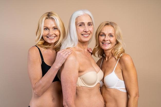 Lindas mulheres idosas em roupa íntima