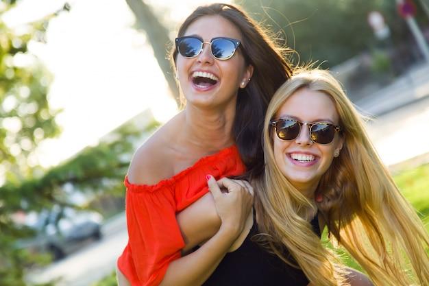 Lindas mulheres jovens se divertem no parque.