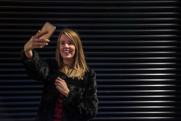 Lindas mulheres jovens tomando uma selfie