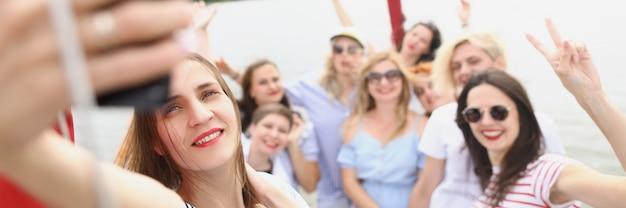 Lindas mulheres maduras ficam no iate e tiram selfies para as namoradas descansarem no verão em um