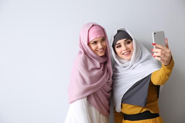 Lindas mulheres muçulmanas tirando uma selfie