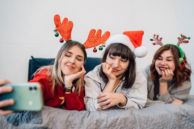 Lindas mulheres sorridentes se divertindo e tirando selfies
