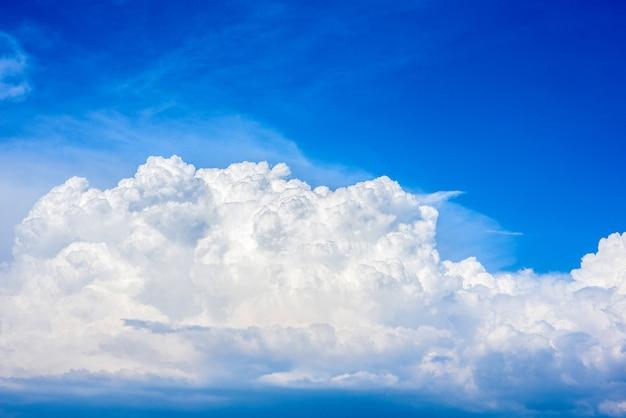 Lindas nuvens brancas em um céu azul brilhante em um dia quente de verão. Foto Premium