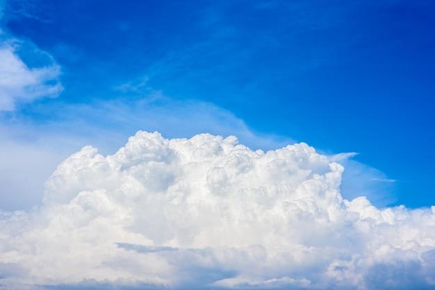 Lindas nuvens brancas em um céu azul brilhante em um dia quente de verão.