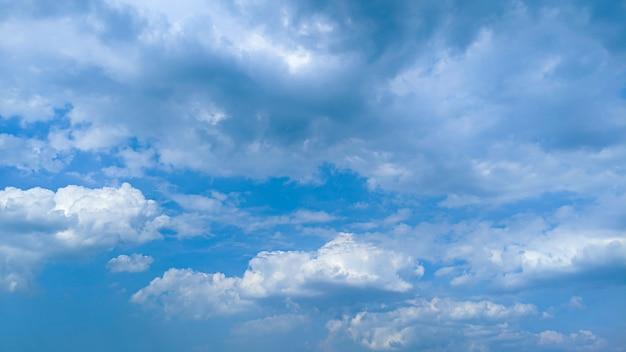 Lindas nuvens e céu azul à luz do dia