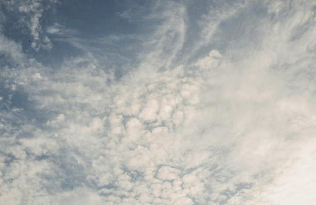 Lindas nuvens encaracoladas com fundo de céu escuro.
