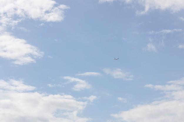 Lindas nuvens fofas e céu