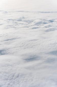 Lindas nuvens fofas vistas de um avião