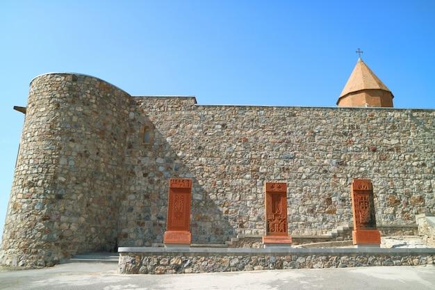 Lindas pedras cruzadas ou khachkar no mosteiro de khor virap, província de ararat, armênia