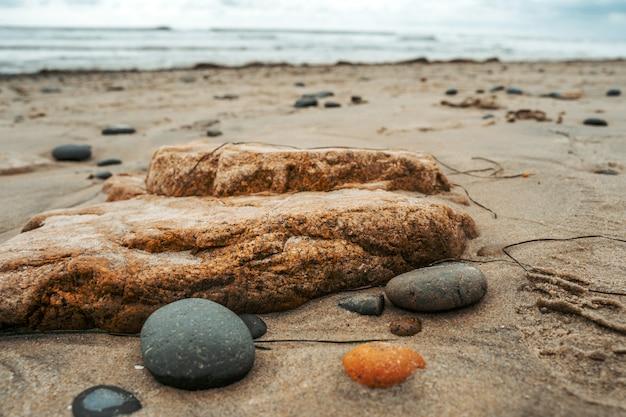 Lindas pedras na praia da costa da califórnia. fundo natural